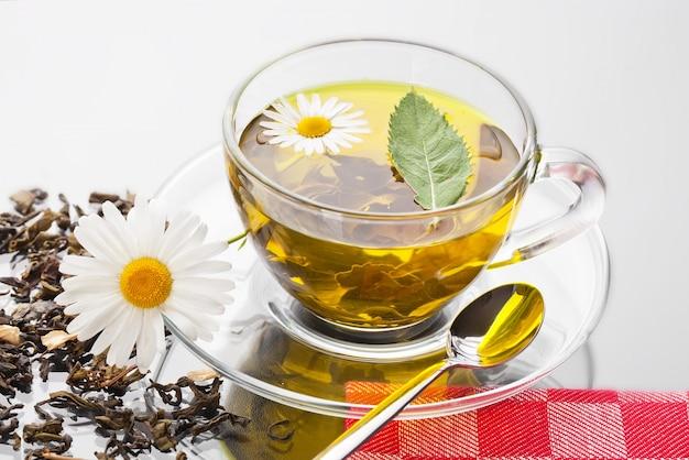 Bebida quente de chá em fundo antigo em cima da mesa Foto Premium