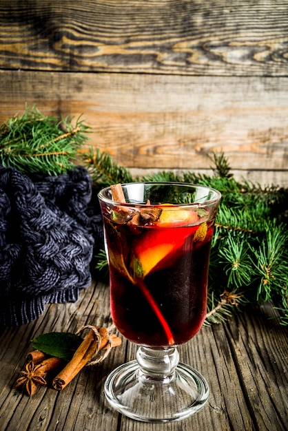 Bebida quente de outono inverno clássico, coquetel de vinho quente com especiarias Foto Premium