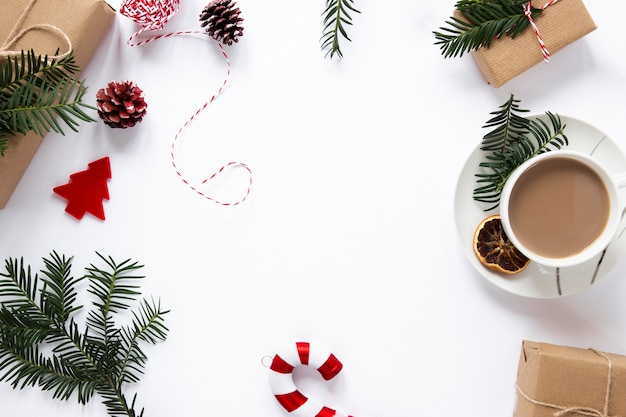 Bebida quente e decorações com espaço de cópia Foto gratuita