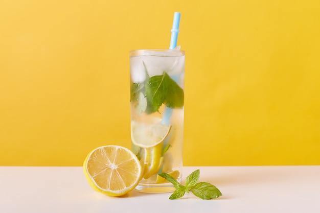 Bebida refrescante caseira de limonada de verão com fatias de limão, cubos de hortelã e gelo Foto gratuita