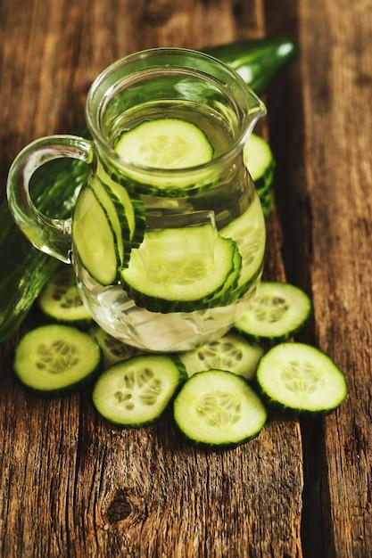 Bebida refrescante com pepino Foto gratuita