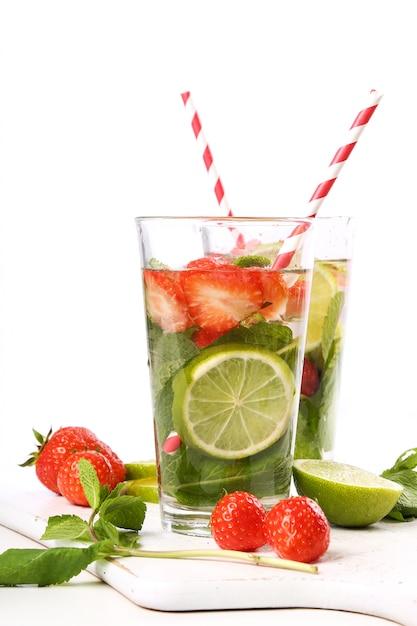 Bebida refrescante com rodelas de limão Foto gratuita