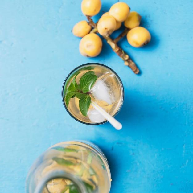 Bebida refrescante com uvas Foto gratuita