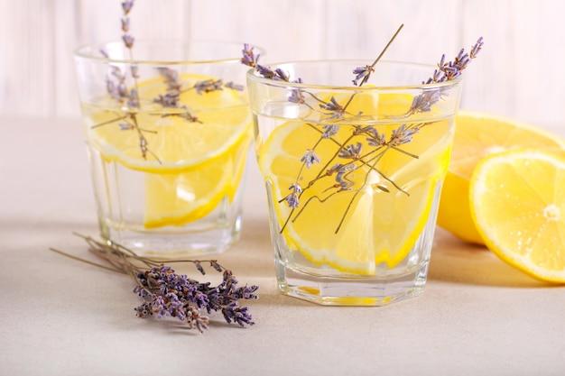 Bebida refrescante de lavanda e limão Foto Premium
