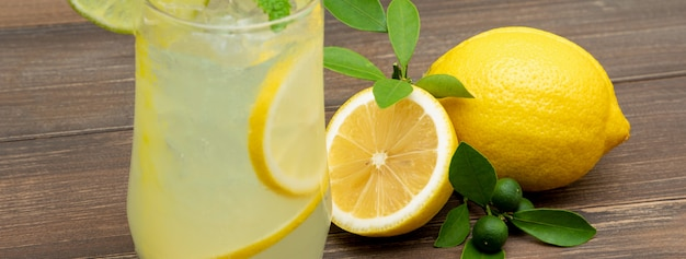 Bebida refrescante de suco de limonada Foto Premium
