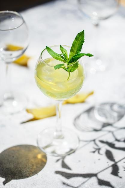 Bebida refrescante fria ou bebida com gelo Foto Premium