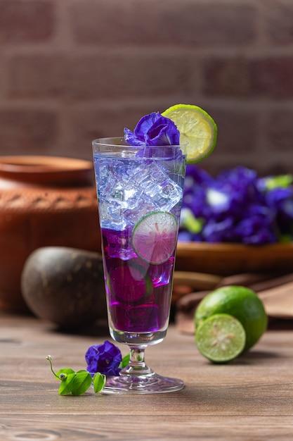 Bebida saudável, chá de flor de ervilha azul orgânica com limão e lima. Foto gratuita