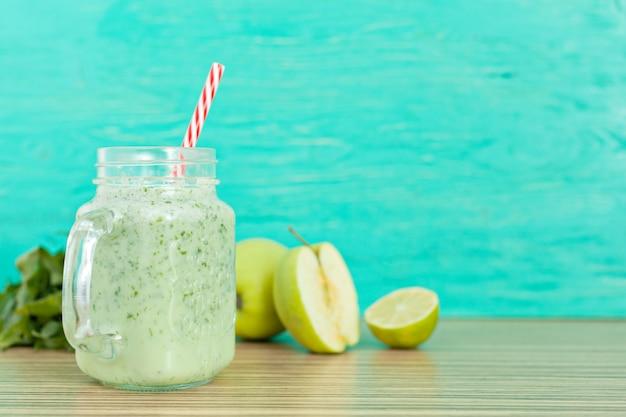 Bebida smoothy verde fresco Foto Premium