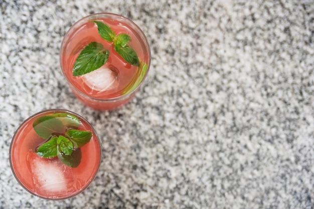 Bebida vermelha refrescante com ervas Foto gratuita