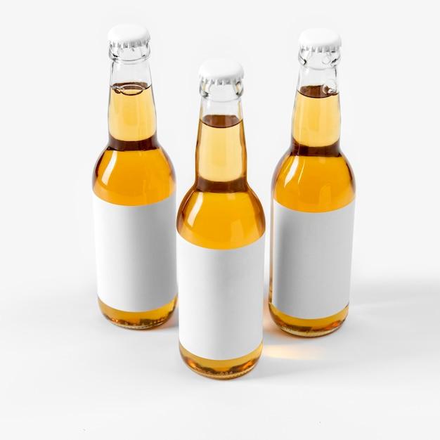 Bebidas alcoólicas de alto ângulo com rótulos em branco Foto gratuita