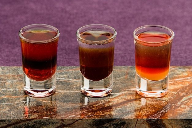 Bebidas alcoólicas no bar Foto Premium