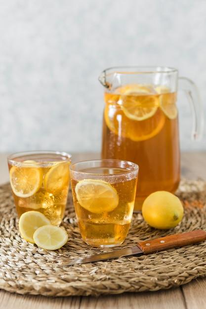 Bebidas com rodelas de limão com frutas Foto gratuita