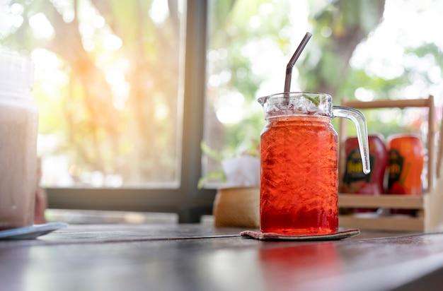 Bebidas de chá frio são colocadas na mesa do restaurante. Foto Premium