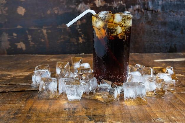 Bebidas de cola, refrigerantes pretos e gelo refrescante Foto Premium