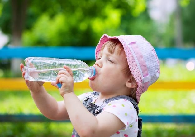 Bebidas de criança de dois anos de garrafa Foto gratuita