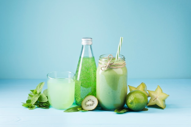 Bebidas de smoothie verde vista frontal Foto gratuita