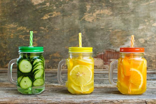 Bebidas diferentes das frutas e legumes no fundo de madeira velho. Foto Premium