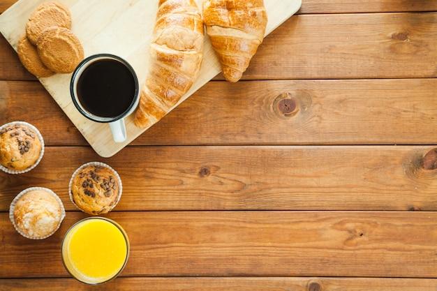 Bebidas e pastelarias compostas Foto gratuita