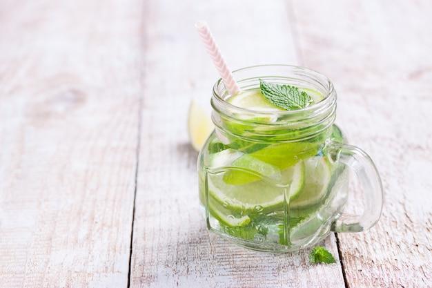 bebidas frescas com limão e ervas aromáticas Foto gratuita