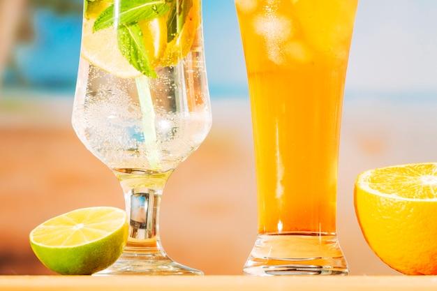 Bebidas frescas e suculentas e fatias de laranja limão Foto gratuita