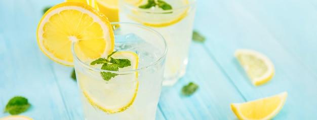 Bebidas refrescantes para o verão, suco de limonada gelada com limões frescos fatiados Foto Premium