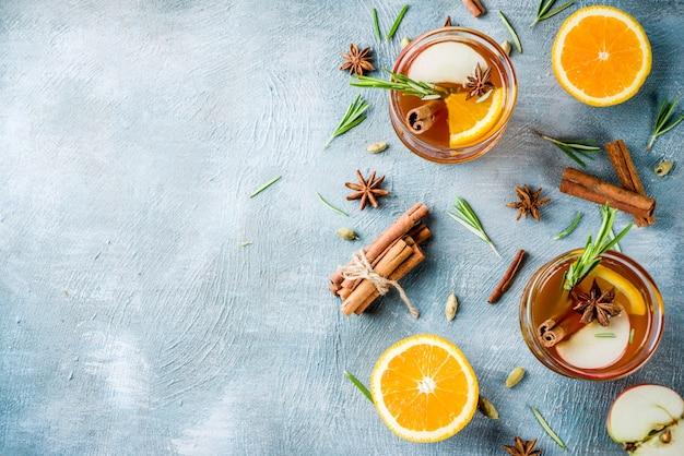 Bebidas tradicionais de inverno, vinho quente, coquetel com vinho branco, com especiarias, maçã, laranja Foto Premium