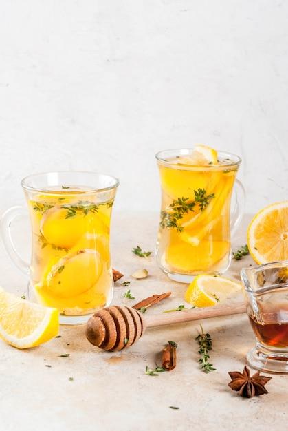 Bebidas tradicionais de outono e inverno. aquecimento de chá quente com limão, gengibre, especiarias Foto Premium