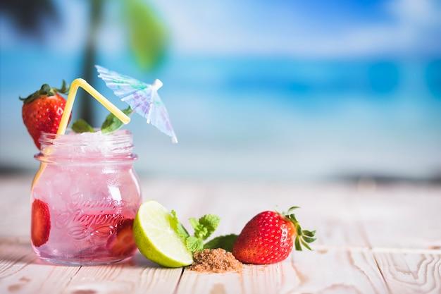 Bebidas tropicais e frutas Foto gratuita
