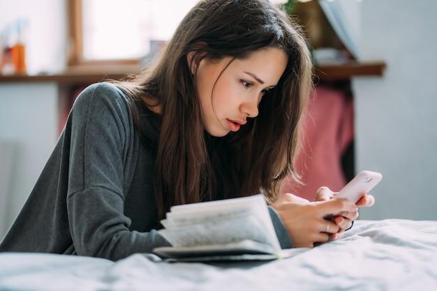 Bela aluna se preparando para o próximo exame. Foto gratuita