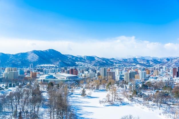 Bela arquitetura edifício com paisagem de montanha na temporada de inverno cidade de sapporo hokkaido japão Foto gratuita