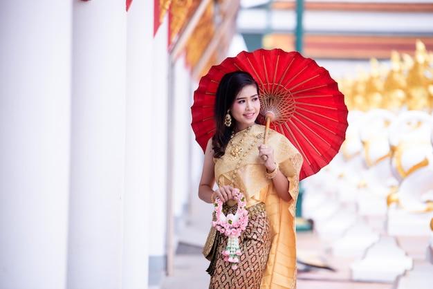 Bela asiática com expressão de boas-vindas. beleza fantasia mulher tailandesa. Foto gratuita