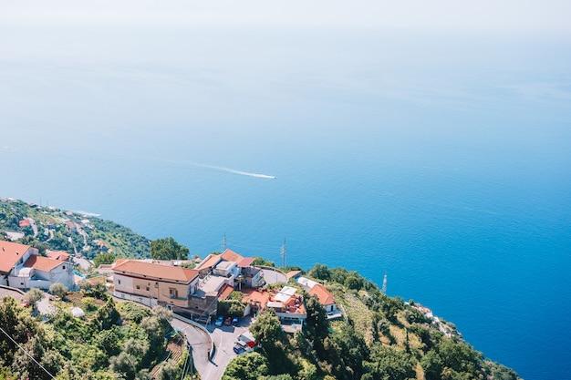 Bela baía aconchegante com barcos e águas turquesas claras na itália Foto Premium