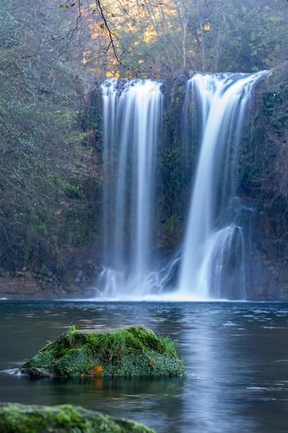 Bela cachoeira grande na espanha na catalunha, perto da pequena aldeia les planes de hostoles Foto Premium