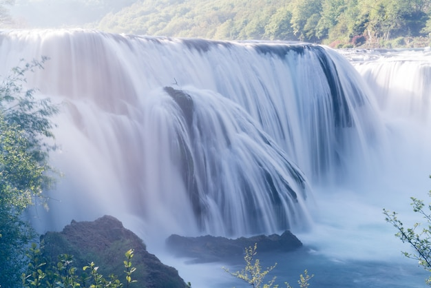 Bela cachoeira no início da manhã Foto Premium