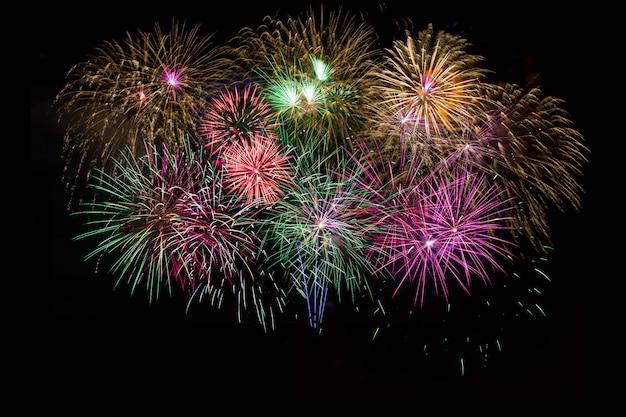 Bela celebração dourada, vermelha, roxa, verde brilhante fogos de artifício Foto Premium
