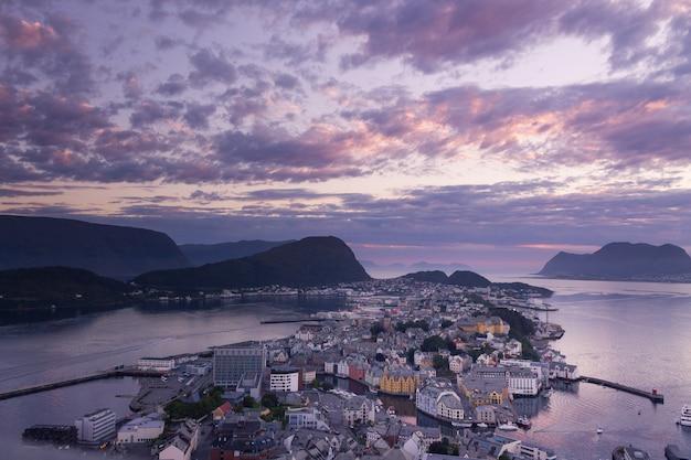 Bela cidade de ålesund e seu fiord no condado de møre og romsdal, noruega. faz parte do tradicional bairro de sunnmøre e do centro da região de ålesund. Foto Premium
