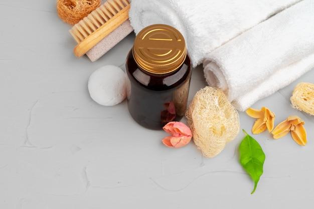Bela composição com frascos de cosméticos e decorações de spa Foto Premium