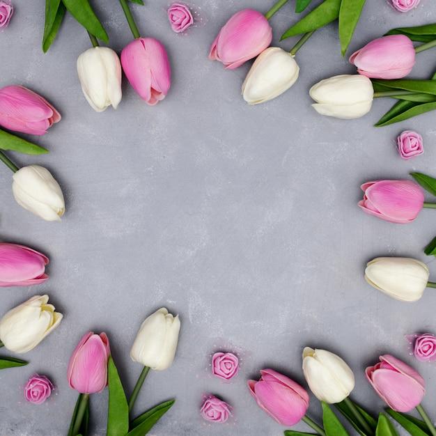 Bela composição com tulipas deixando copyspace no meio Foto gratuita