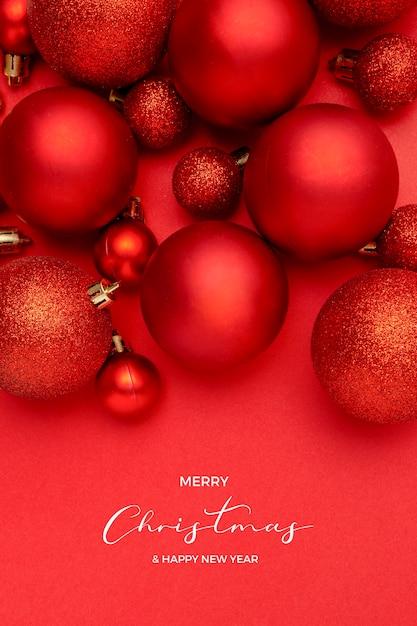 Bela composição de bolas de natal vermelhas em fundo vermelho Foto gratuita