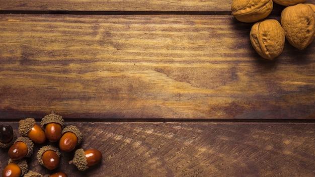 Bela composição de castanhas nozes outono Foto gratuita