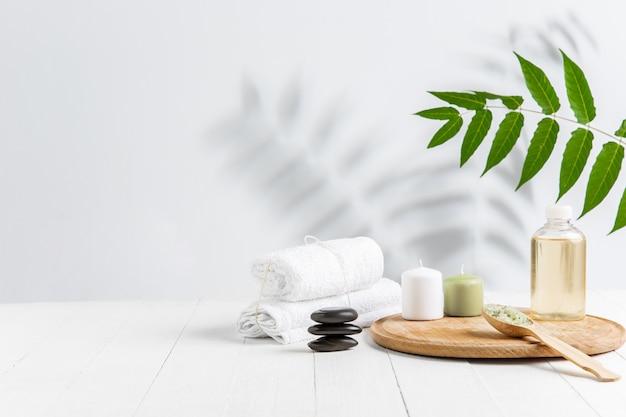 Bela composição de spa na mesa de massagem no centro de bem-estar, copyspace Foto gratuita