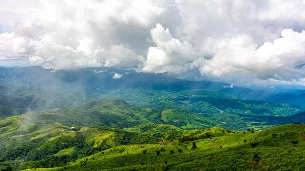 Bela cordilheira e nuvem no norte da tailândia. Foto Premium