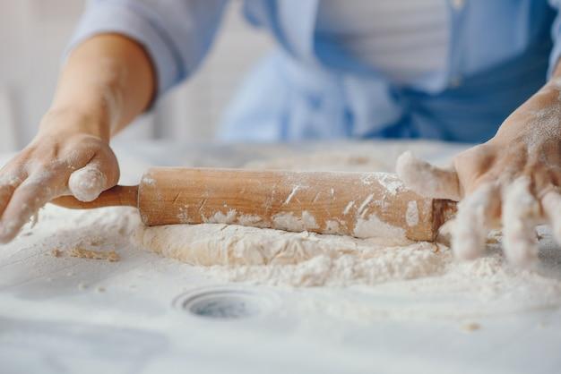 Bela dama cozinhar a massa para biscoitos Foto gratuita