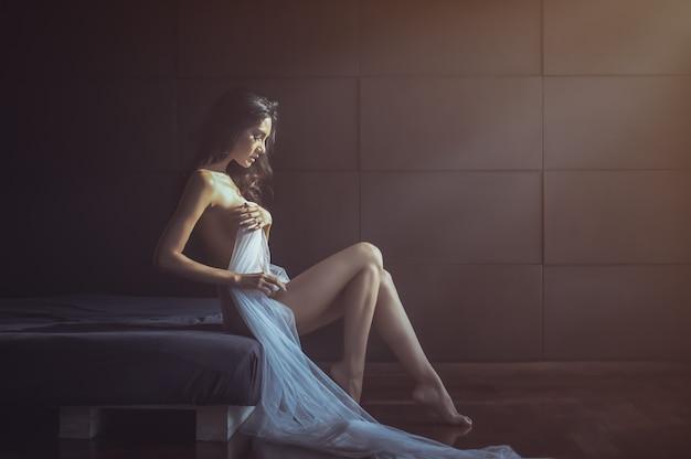 Bela dama sexy nude em pose elegante. retrato da menina do modelo de forma dentro. Foto Premium