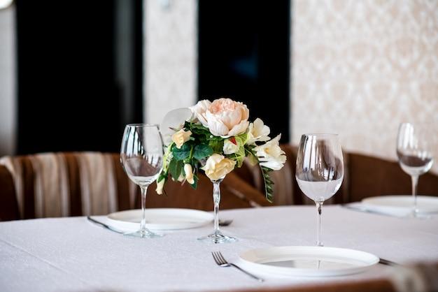 Bela decoração de flores na mesa. Foto Premium