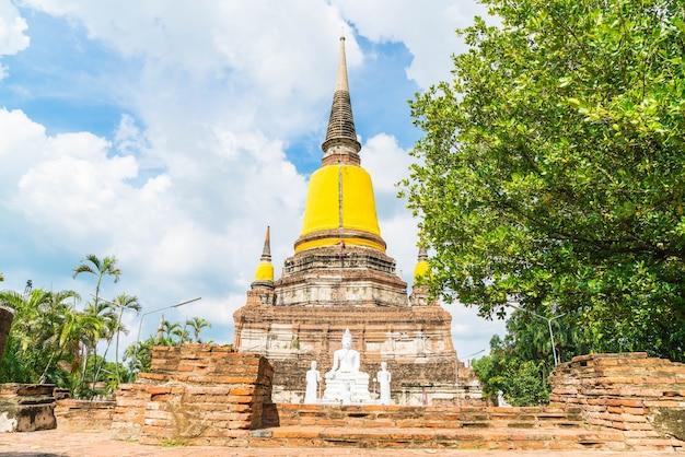 Bela e antiga arquitetura histórica de ayutthaya na tailândia Foto gratuita