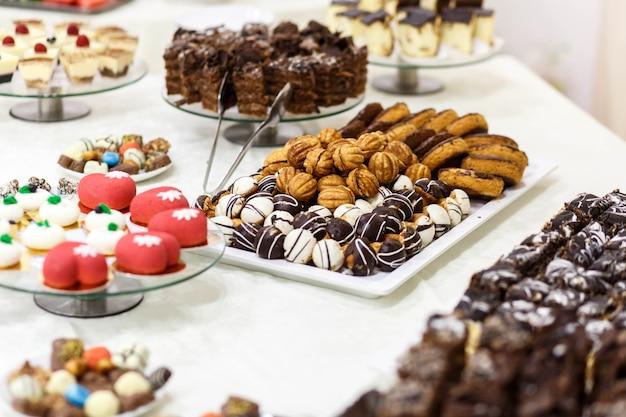 Bela e deliciosa mesa doce para uma festa de casamento Foto gratuita