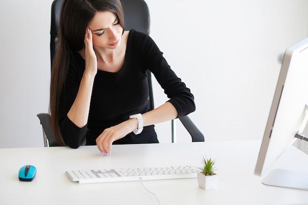 Bela empresária, sofrendo de dor em seu escritório Foto Premium