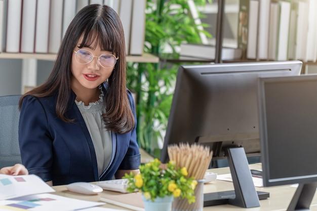 Bela equipe jovem sentado na mesa do escritório Foto Premium
