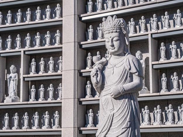 Bela estátua de budismo no templo bongeunsa Foto gratuita